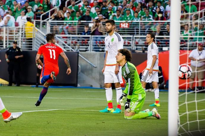 Com 4 gols, Vargas foi o nome do jogo (Crédito: Reuters)