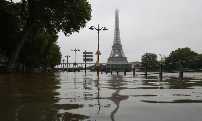 Rio transborda em área perto da Torre Eiffel, em Paris  (Crédito: EFE)