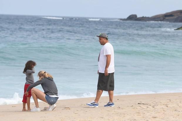 Ronaldo com namorada e filhas  (Crédito: Agnews)