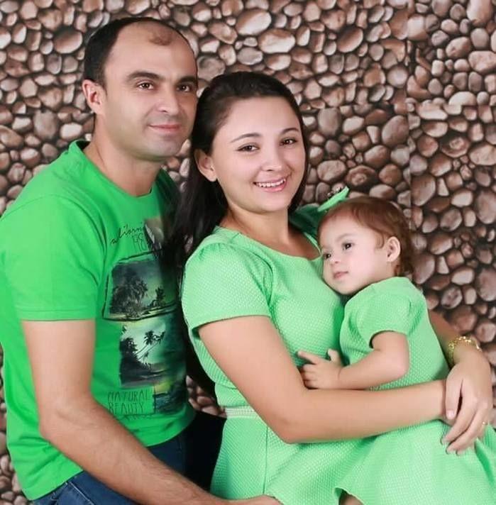Milena Vitória com o pai e a mãe (Crédito: Reprodução)