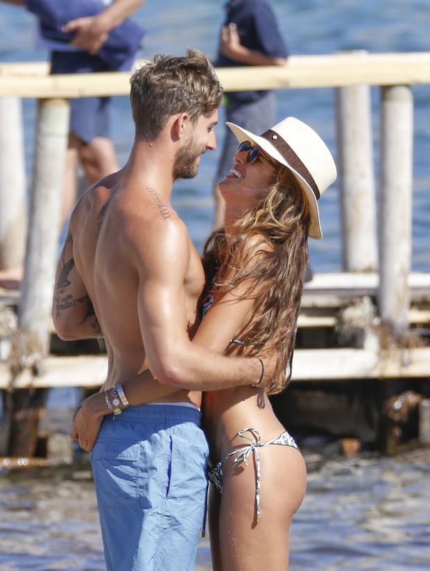 Izabel Goulart e o namorado em dia de praia  (Crédito: Grosby Group)