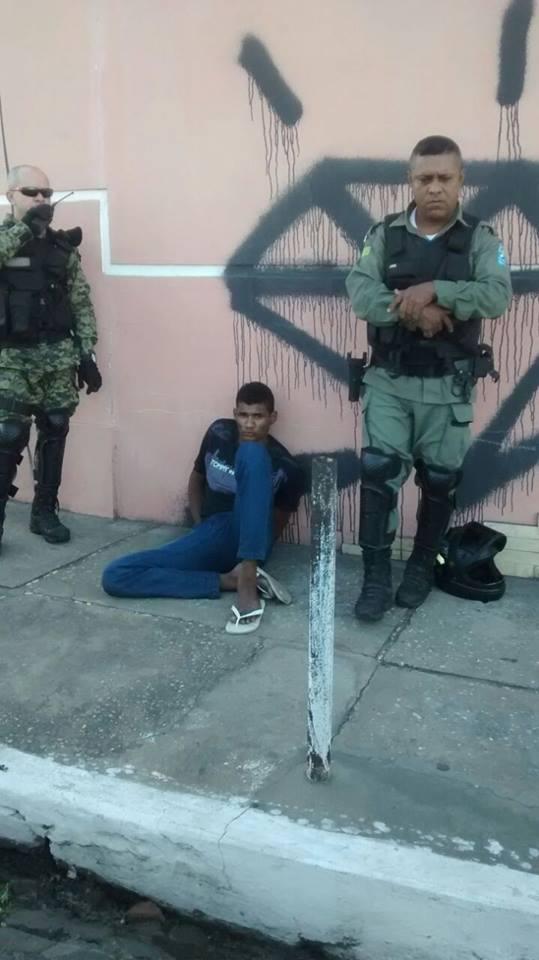Jovem é preso com arma de fogo e moto roubada no grande Dirceu (Crédito: Reprodução)