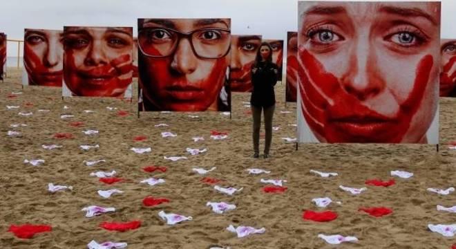Ato contra a cultura do estupro na praia de Copacabana, zona sul do Rio de Janeiro