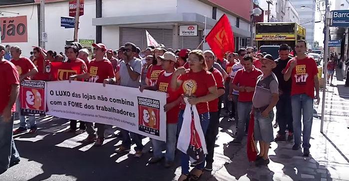 Comerciários protestaram nas ruas do centro de Teresina (Crédito: Reprodução)