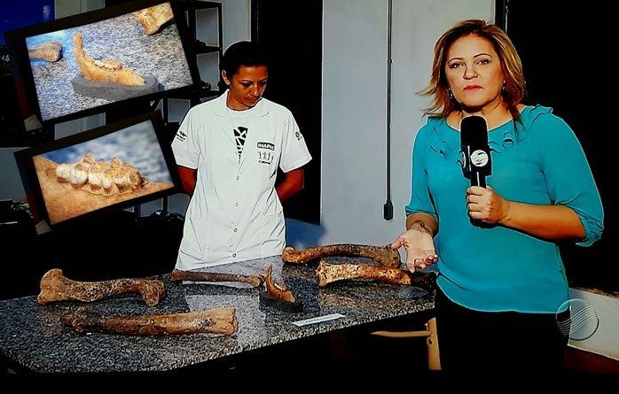 Jornalista Cinthia Lages mostra tesouros paleontológicos desenterrados na região do Parque Nacional da Serra da Capivara.