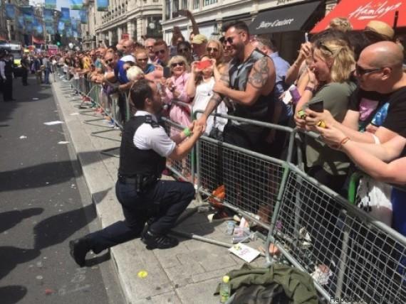 Policial pede namorado em casamento (Crédito: Reprodução)
