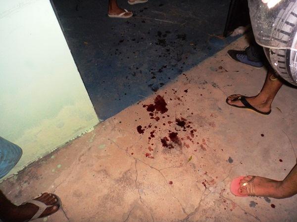 Homem foi alvejado na porta da sua residência (Crédito: Reprodução)