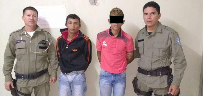 Dupla foi presa após assaltar jovens