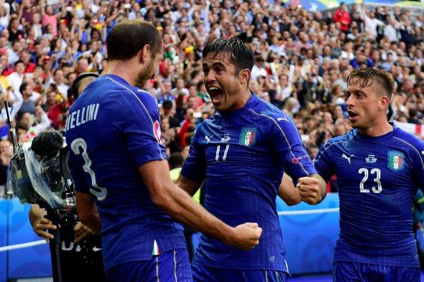 Italianos comemoram um dos gols da vitória