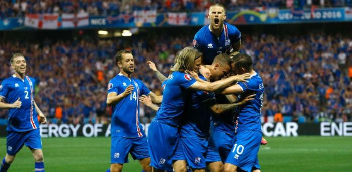 Jogadores da Islândia comemoram gol (Crédito: AP)