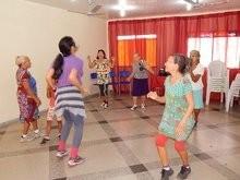 Idosos do SCFV participam das aulas praticas com a Educadora Física