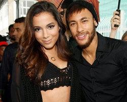 Anitta vai a festa de Neymar no Rio, e sai escondida com craque