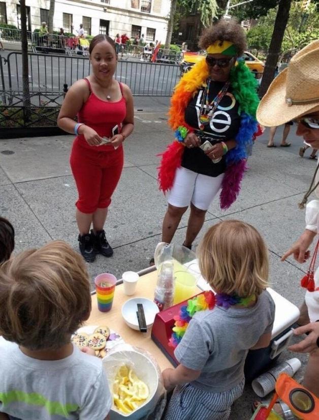 Crianças vendendo limonada (Crédito: Reprodução)