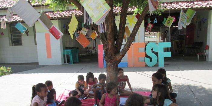 Centenas de Pessoas Prestigiaram a Primeira Feira Literaria