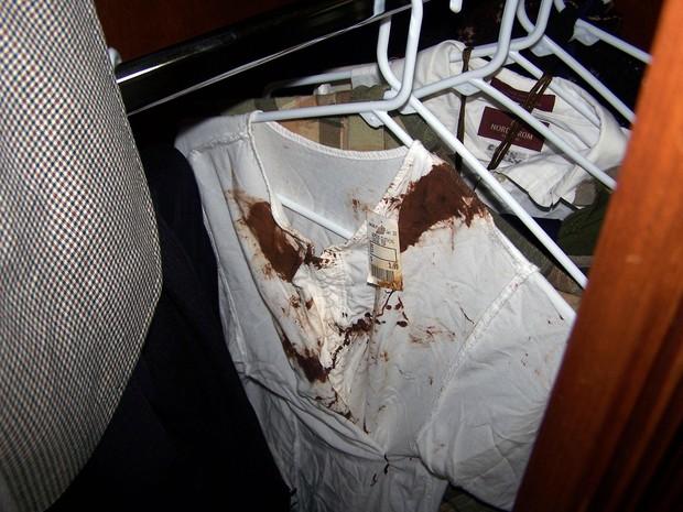 Blusas com marcas de sangue (Crédito: Divulgação)