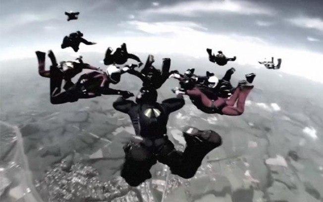 Grupo com cerca de trinta paraquedistas treinava