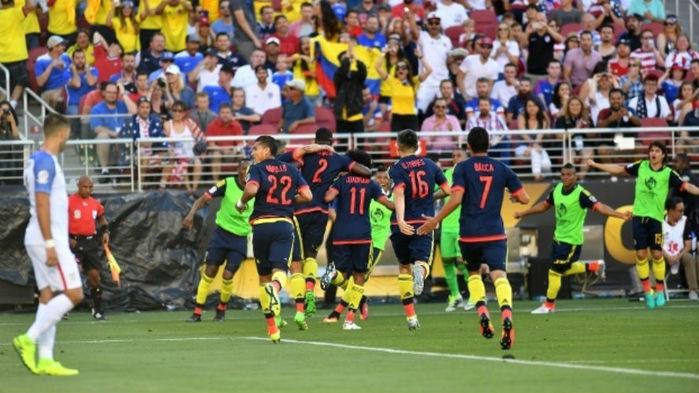 Jogadores da Colômbia comemoram o primeiro gol do jogo (Crédito: AFP)