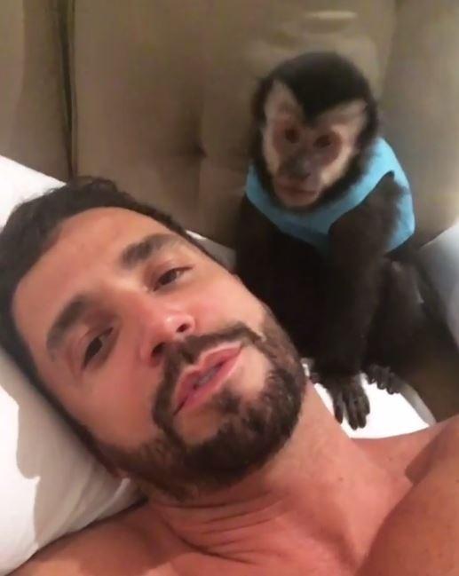 Latino e seu macaco (Crédito: Reprodução/ Snapcaht)