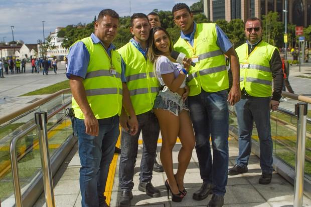 ulher Melão posa com funcionários do VLT