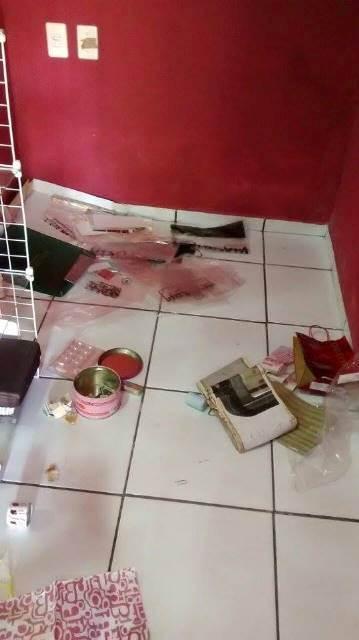 Bandidos arrombaram loja (Crédito: Reprodução)