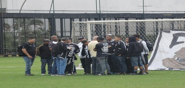 Torcida do Botafogo invade treino e pede saída de atletas