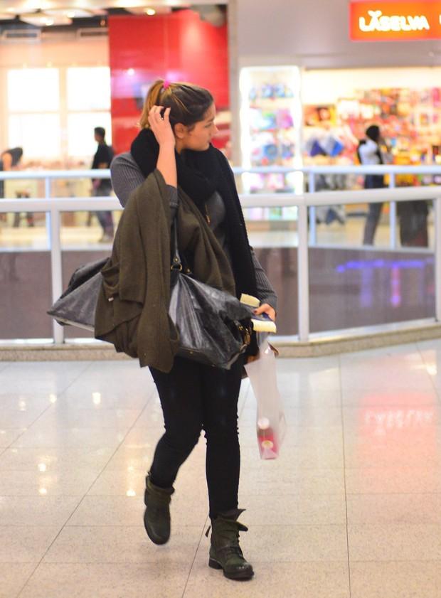 Sasha em aeroporto  (Crédito: Agnews)