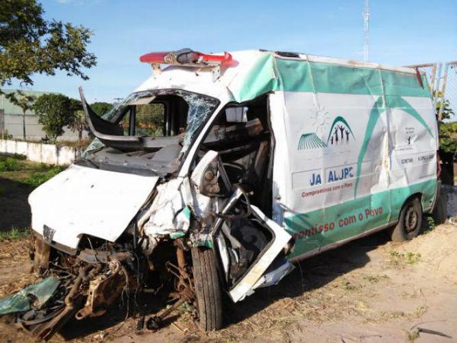 Ambulância ficou parcialmente destruída  (Crédito: Reprodução)