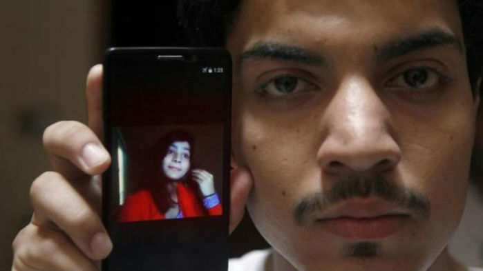 Hassan Khan exibe no celular uma foto da mulher, Zeenat Rafiq (Crédito: AP)