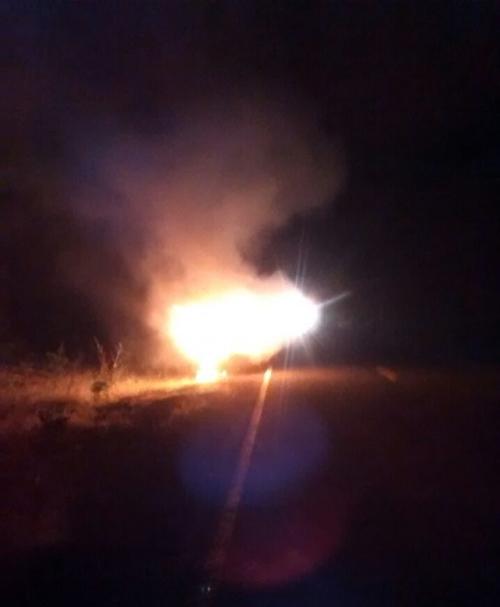 Veículo incendiou após acidente (Crédito: Reprodução)