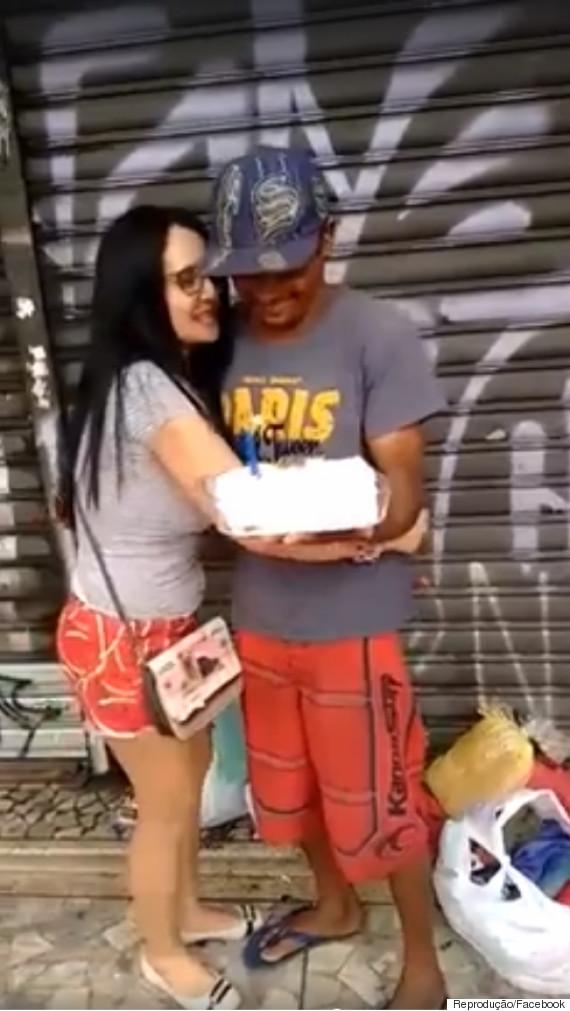 Morador de rua ganha bolo (Crédito: Reprodução)