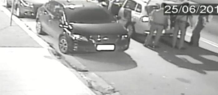 Jovem espancado desaparece depois de ser colocado em carro da PM (Crédito: Reprodução)