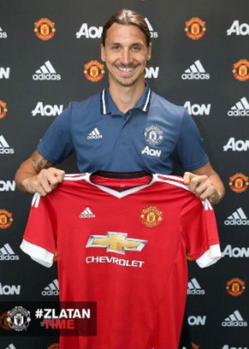 Ibra posa com camisa do United (Crédito: Reprodução)