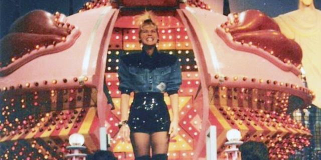 Vídeo raro mostra Xuxa saindo da nave pela visão dos bastidores (Crédito: Reprodução)