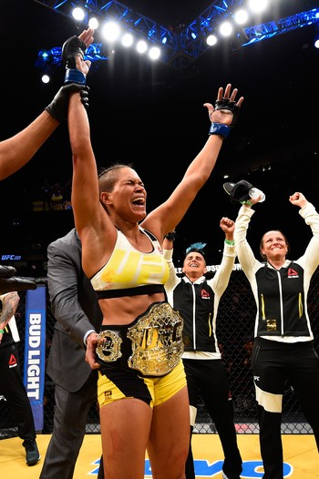 Amanda Nunes, emocionada, comemora o título