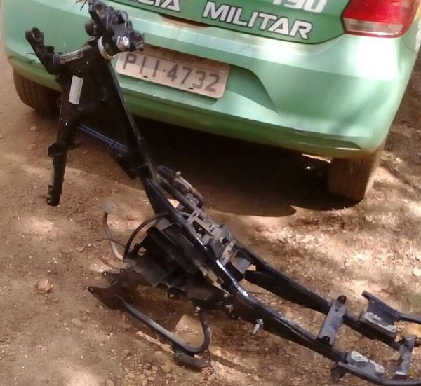 A polícia encontrou carcarcas de motocicletas em local usado como desmanche
