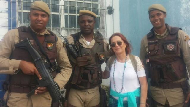 Atriz posou com policiais (Crédito: Reprodução)