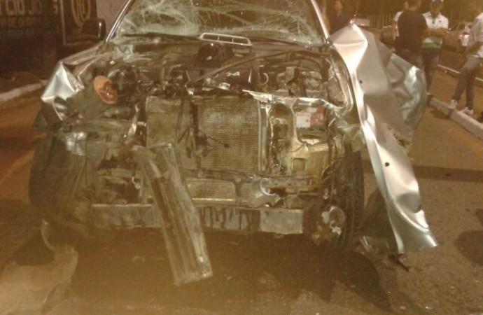 Frente do carro ficou destruída