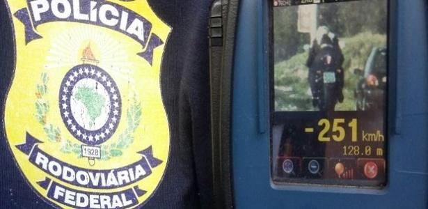 Polícia flagra motociclista com velocidade recorde: 251 km/h (Crédito: Reprodução)