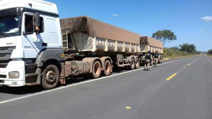 Caminhões são flagrados com excesso de peso