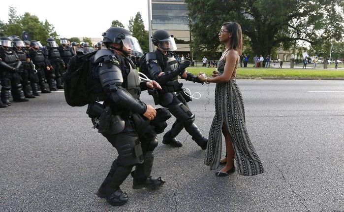A imagem de Evans, impassível diante da tropa de choque, correu o mundo (Crédito: Jonathan Bachman/Reuters)