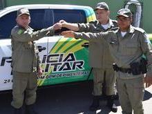 Comandante da PM, Carlos Augusto entrega viatura para Pimenteiras