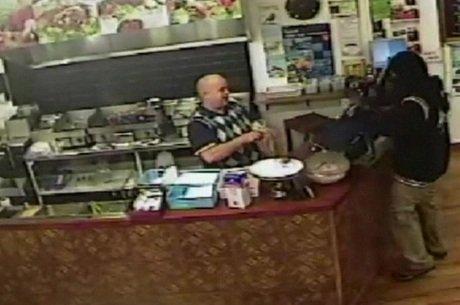 Câmeras de segurança captaram o momento em que o empresário coloca tranquilamente um pedido em uma sacola e o entrega para o cliente
