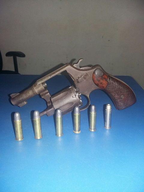 Arma apreendida com a dupla