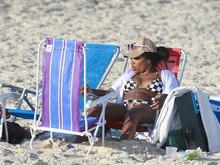 Ludmilla usa biquíni xadrez em dia de praia com grupo de amigos
