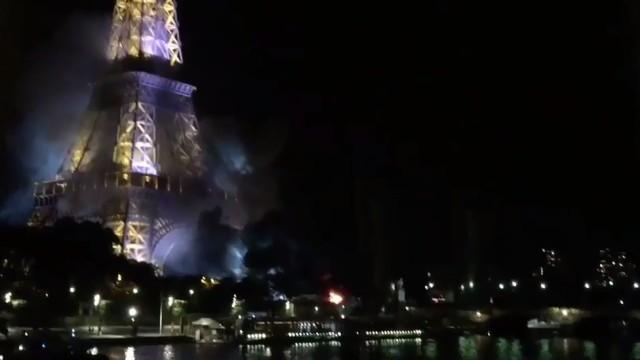 Fumaça escura é vista no entorno da Torre Eiffel (Crédito: Reprodução/ Twitter )