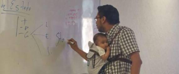 Professor segura bebê (Crédito: Reprodução)