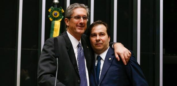 Rogério Rosso (PSD-DF) abraça Rodrigo Maia (DEM-RJ) (Crédito: Folhapress)
