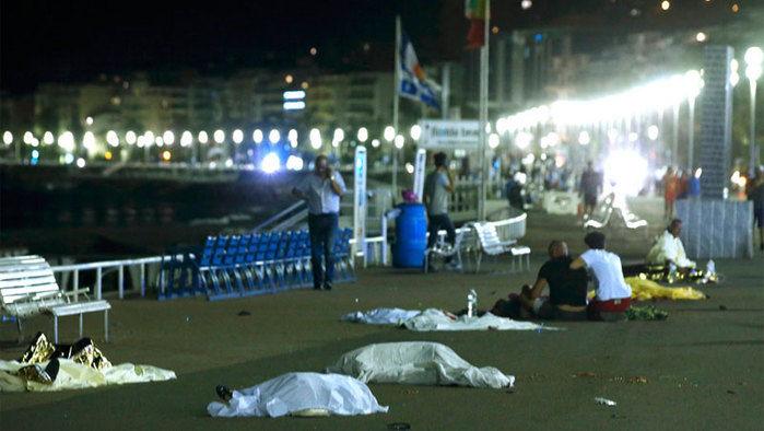 Caminhão atropela multidão na cidade de Nice (Crédito: AFP)