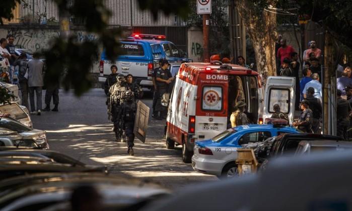 Movimentação na rua do prédio (Crédito: O Globo)