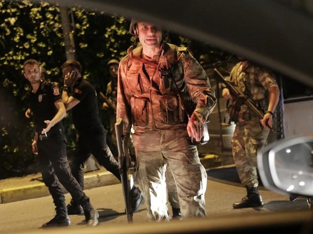 Agentes de segurança da Turquia detem policiais ao lado da estrada, em Istambul (Crédito: AFP)